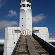 船の信号の役割を持つタワー
