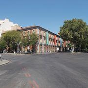 プラド通りのカノバス・デル・カスティーリョ広場に面しています。