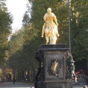 騎馬像のある広場