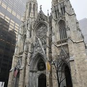 都会に映えるゴシック教会