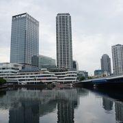 水辺にたたずむ都会的な横浜の街の眺めを楽しめます