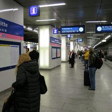 朝7時、ウィーンミッテ駅 空港行電車のホーム