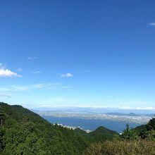 ロビーにあるテラスから琵琶湖を臨めます