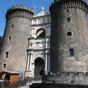 海辺に建つ見事な城塞、ヌオーヴォ城