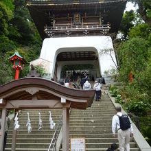 階段の上にある瑞神門、手前におみくじが。