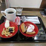 可愛らしい駅舎でお菓子とコーヒーのセットを楽しみました。