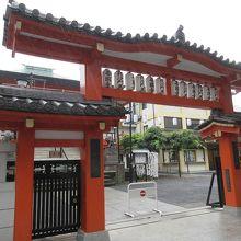 神楽坂でもよく目立つ朱塗りの門。