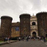 街に溶け込んだ力強い城