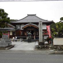 境内に多くの石造遺物のある寺