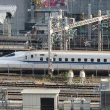 新幹線は一番向こう