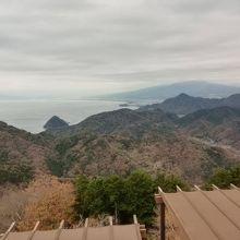 山頂から遠く駿河湾を望む