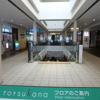 モール内の通路の途中の階段を下ります。