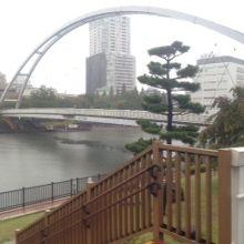 公園内に架かる橋です。