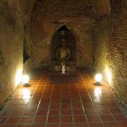 仏像は洞窟の奥にあります
