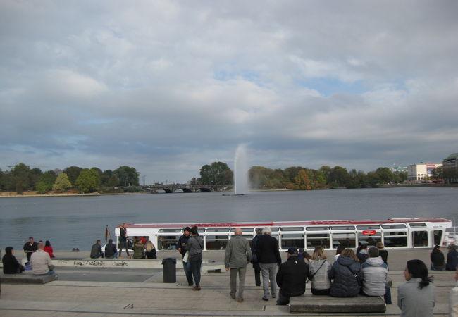 都会の真ん中の湖