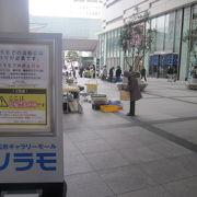 百貨店建物の狭間にあって、各種イベント会場として運用されています