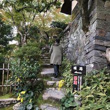 山荘に入るまでの階段もなかなかオツです。