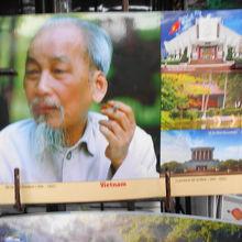 ガイドさんが売店で 写真のホーチミン・記念館・住居など説明