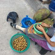 外側の果物や、漬物っぽい加工品を売る露天に注目
