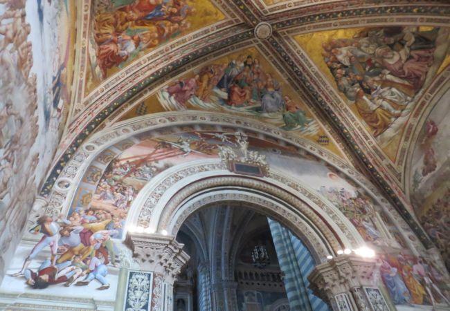 天井と壁に描かれたフレスコ画・・・