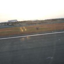 多くの人が飛行機を見に集まります