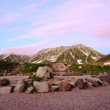 ホテルから望む夕暮れの立山
