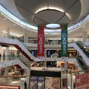 3階建ての大型ショッピングセンター