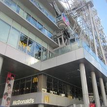 マクド店舗はエスカレーターを上がってすぐの2Fにあります