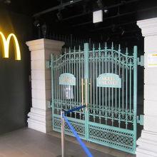 店舗入口すぐ脇にはSKE48シアター入口も!