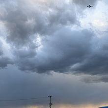 空には飛行機が飛び交う