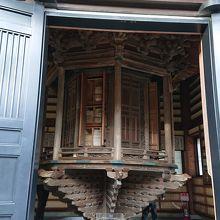 長谷寺の経蔵です。回転式の書架を一周回すとお経を読まれたこと