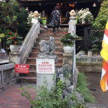 一柱寺の正面にかかる階段