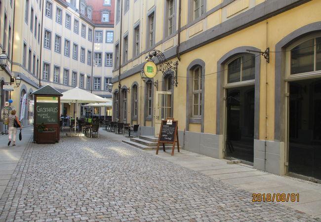 カフェのある静かな中庭