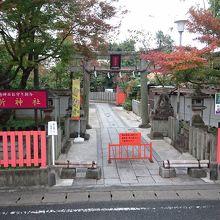 ホームから見た車折神社です。