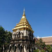 象に支えられた仏塔のある寺院