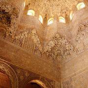 天井や壁、柱の彫刻飾りが見事