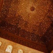 天井と壁の見事な装飾