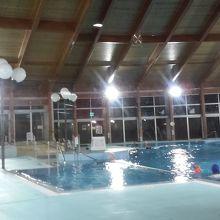 宿泊棟内にあるプール。