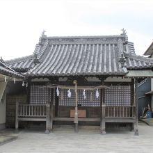 拝殿はお寺さんみたいな建物です。