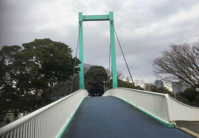 動物園と公園を結ぶ歩道橋