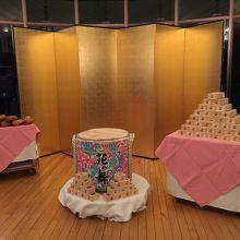 年越しイベントで振舞われる日本酒樽