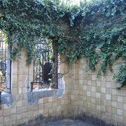 植物に浸食されつつある廃墟