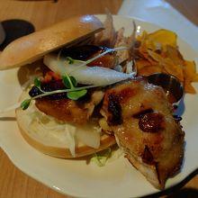 グリルした鶏肉と野菜を挟んだベーグル。ちょっと食べにくいな。