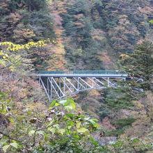 夢の吊り橋を渡りダム湖左岸を進むと見えてきます