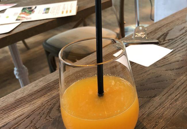 搾りたてのオレンジジュース