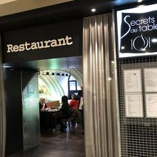 女性下着売り場の奥に、簡単なカフェ&レストランがある。