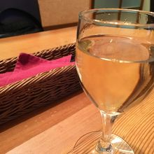 常温で白ワインを出されたのは初めてでびっくり。