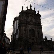 クレリゴスの塔の隣にある教会