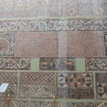 バジリカ床のモザイク。カトリックの町になったと書いてある