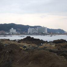 湾を挟んで白浜の街が